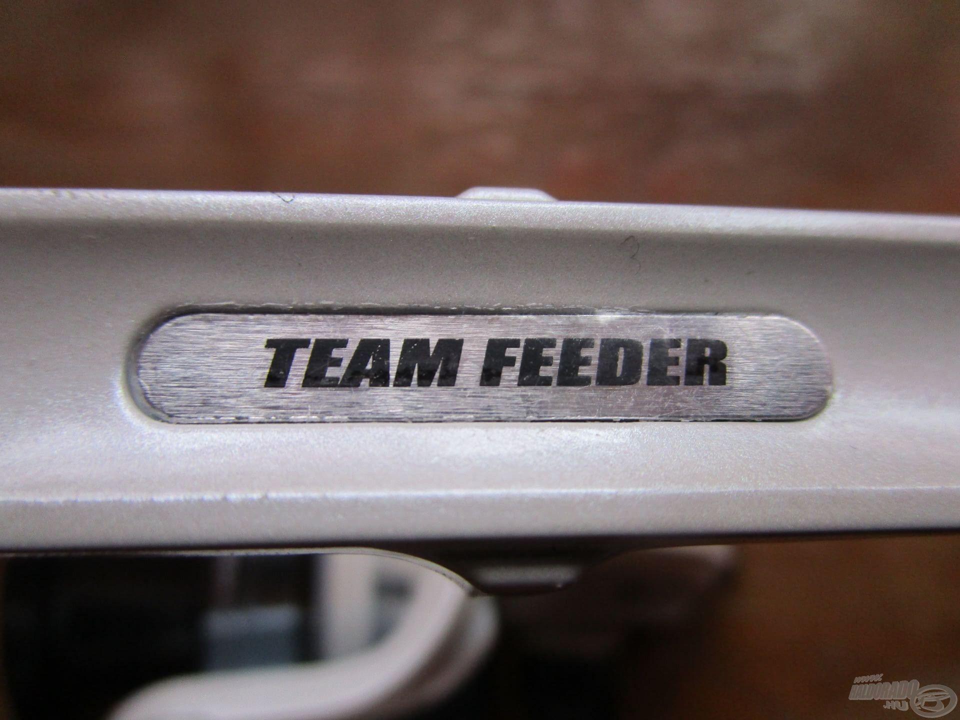 Igazán igényes kis műszer ez! TEAM FEEDER felirat díszíti az orsó talpát