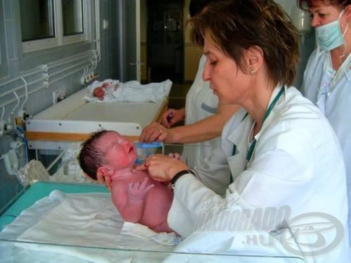 8 perccel a születés után a 'doktor néni' kezei között.