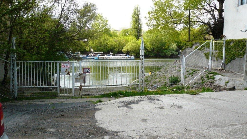 A Komp utca végében ez a kerítés állja utunkat, ám az oldalt látható kiskapun be lehet menni!