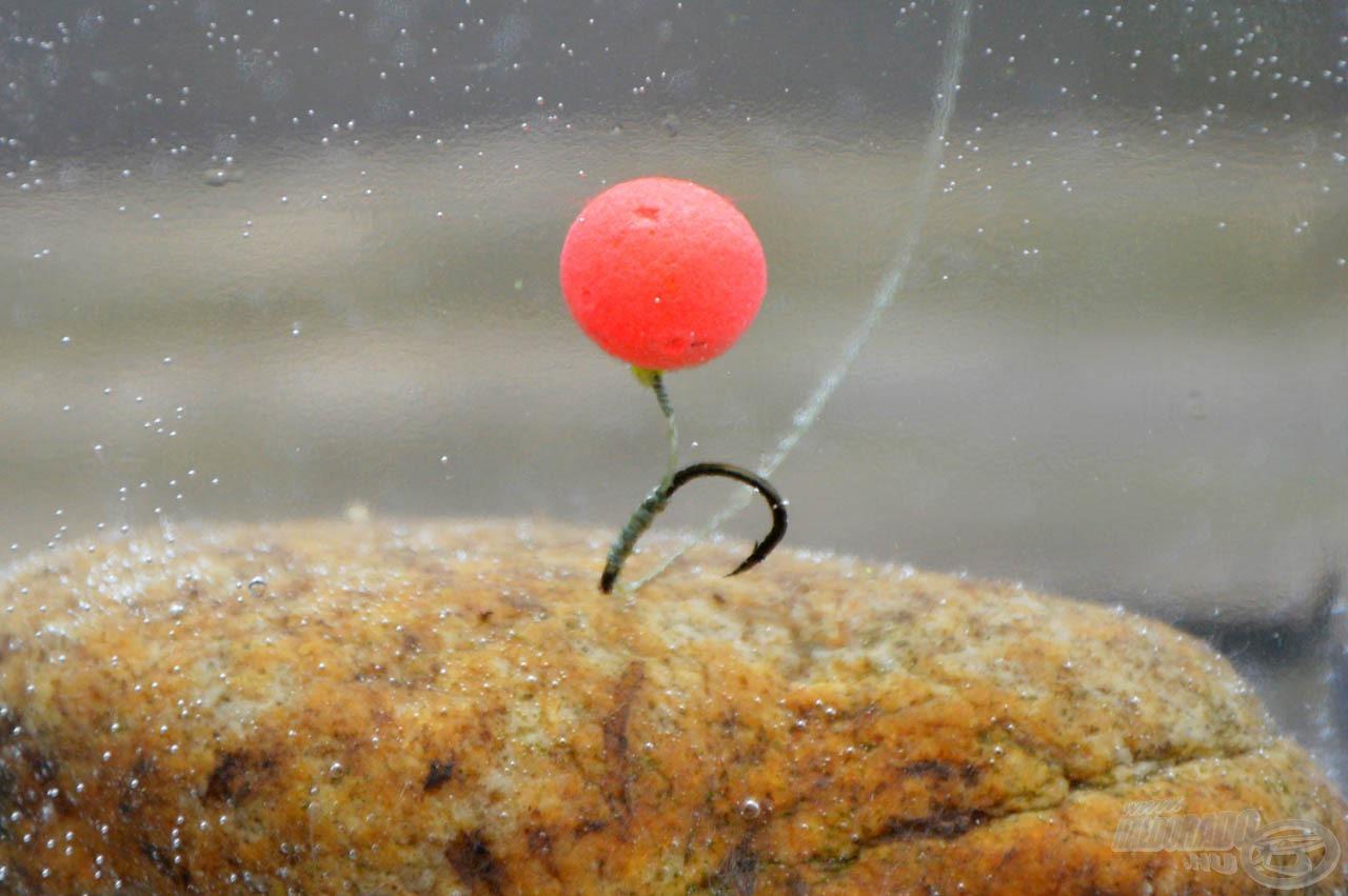 A horog nehéz, így könnyedén tűzhetünk mellé nagy felhajtóerejű csalikat is, például a Haldorádó Quatro Fluo Pop Up bojli 11 mm-es változatait