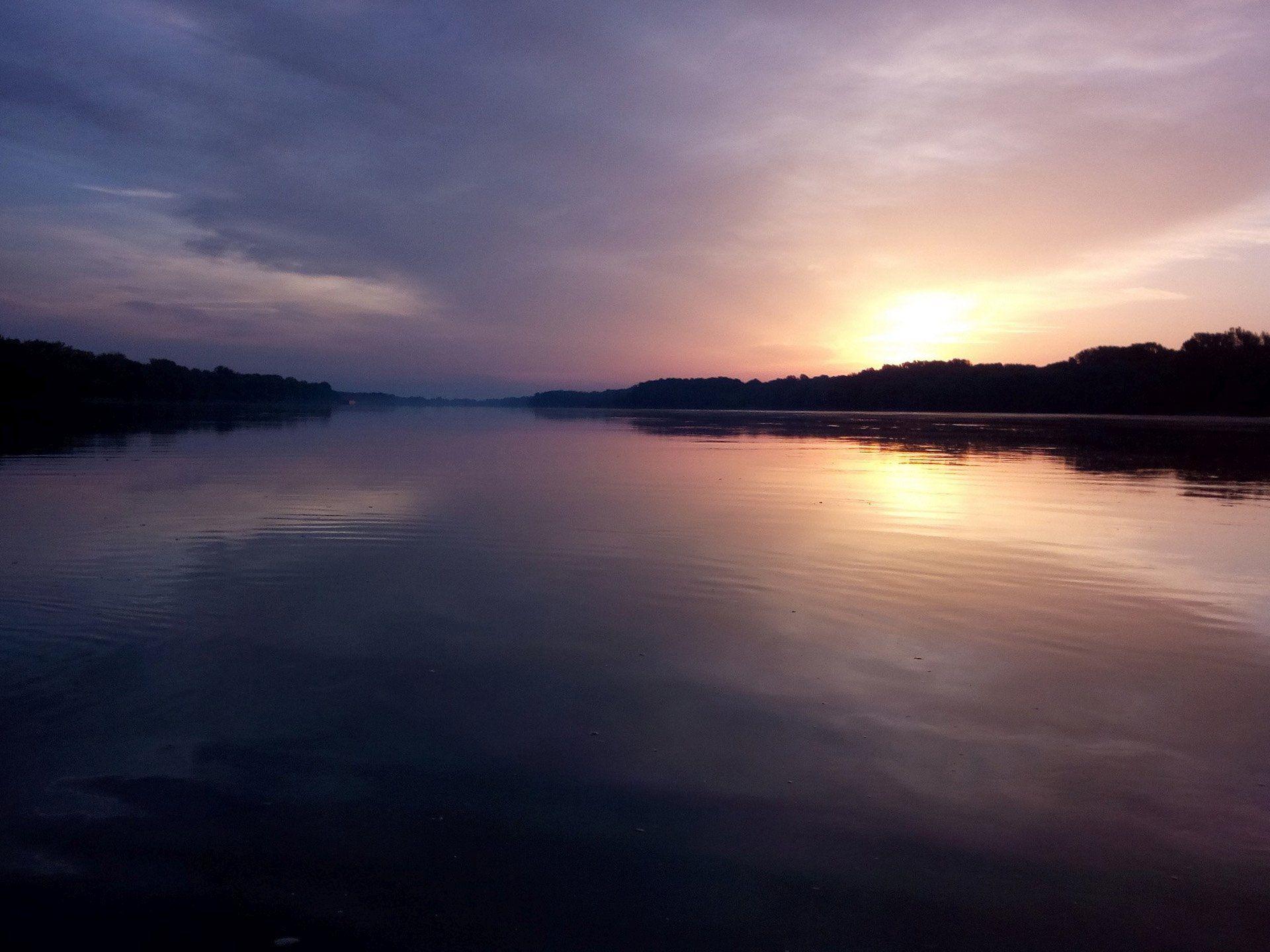 Napkelte az öreg folyó hátán