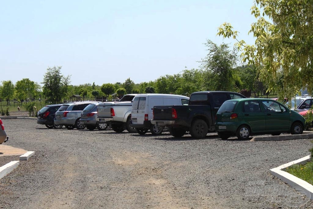 100-nál is több autó befogadására alkalmas, őrzött parkírozó van a területen
