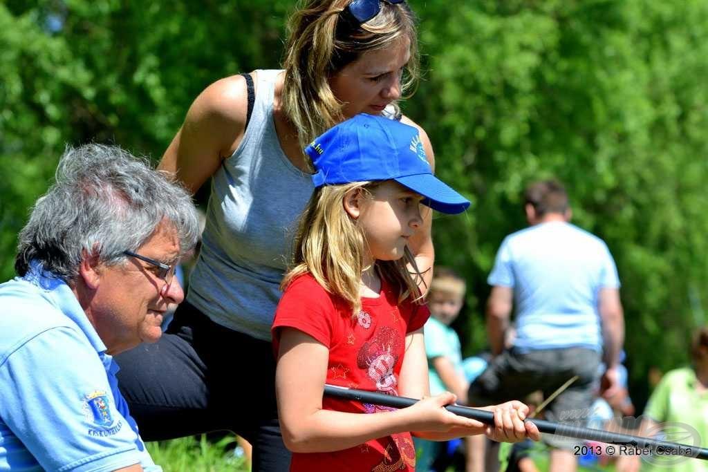 Temesváry Gyula, az egyesület ifjúsági felelőse is egész nap a gyerekek mellett volt, tanítgatta őket a horgászat mikéntjére