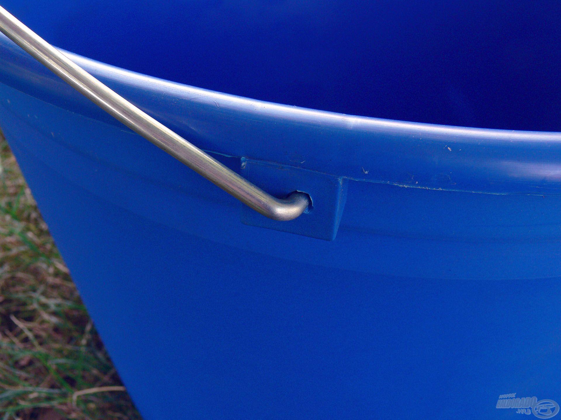 A nagy befogadó-kapacitáshoz illeszkedve természetesen ez a vödör is erős fém fület kapott…
