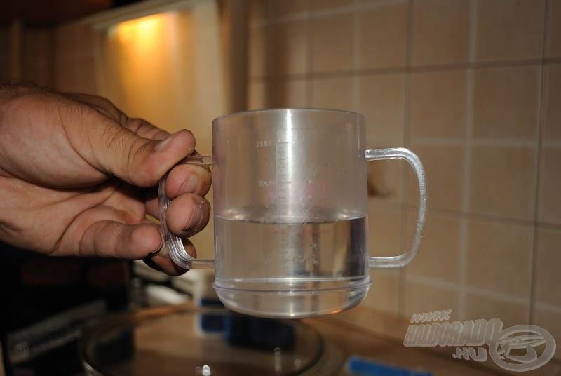 Fél pohár vizet egy tálba öntünk