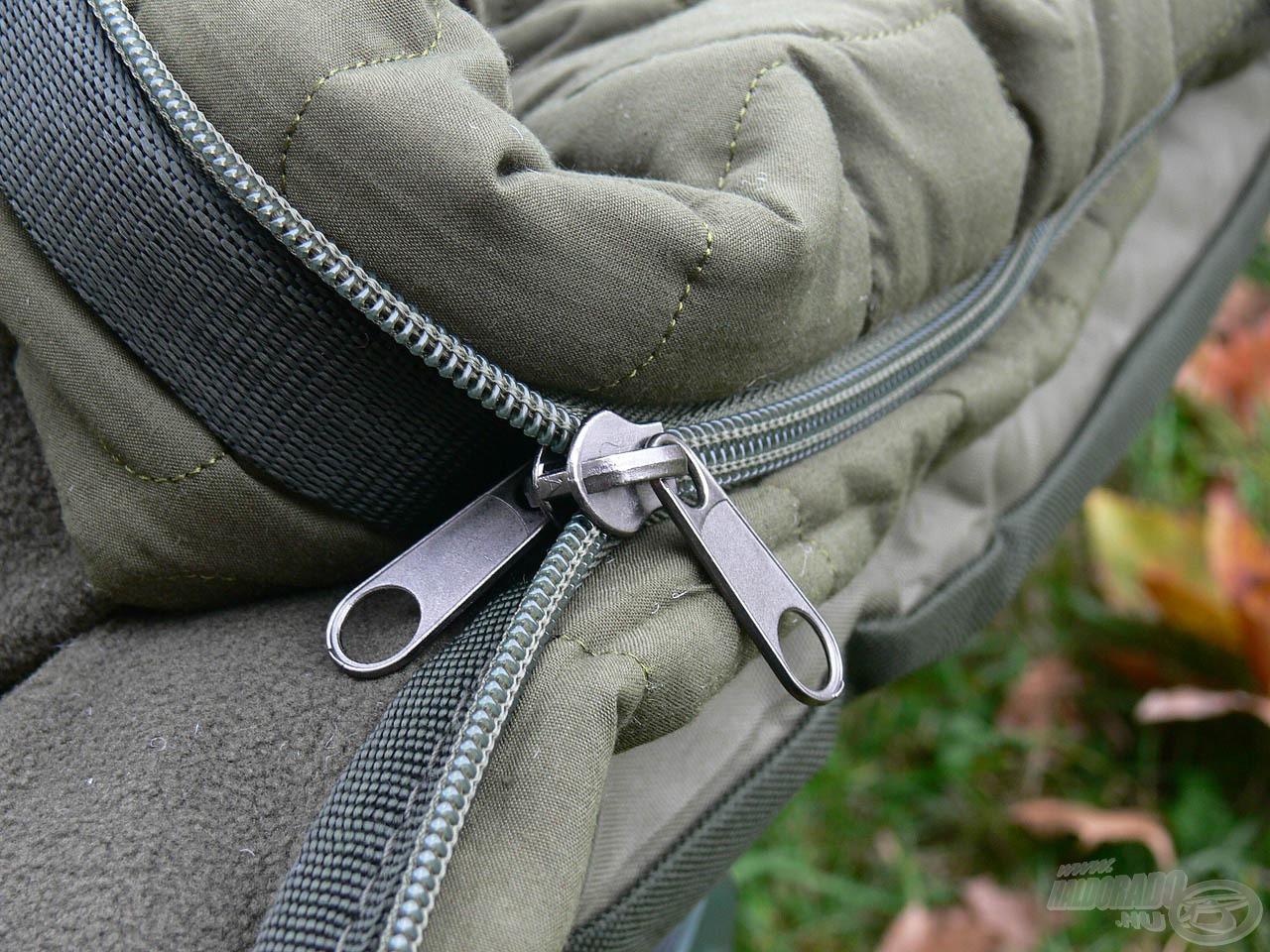 A dupla cipzárnak köszönhetően könnyedén és gyorsan nyitható-zárható a hálózsák