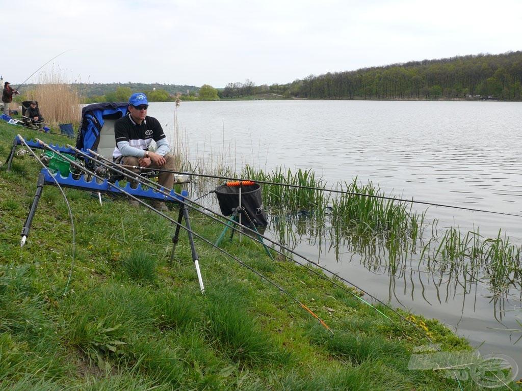 A versenyzőnek korlátlan számú botja lehet előkészítve, de egyszerre csak eggyel horgászhat