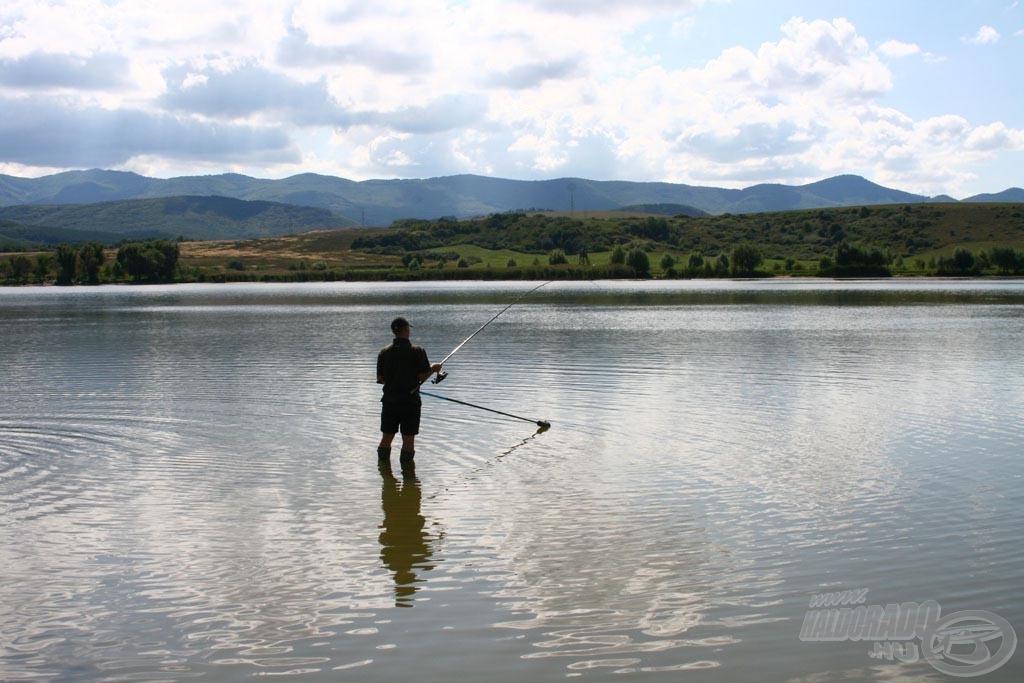 A versenyzők horgászat közben nem állhatnak a vízben és lábuk a ládájukon ülve sem érhet a vízbe