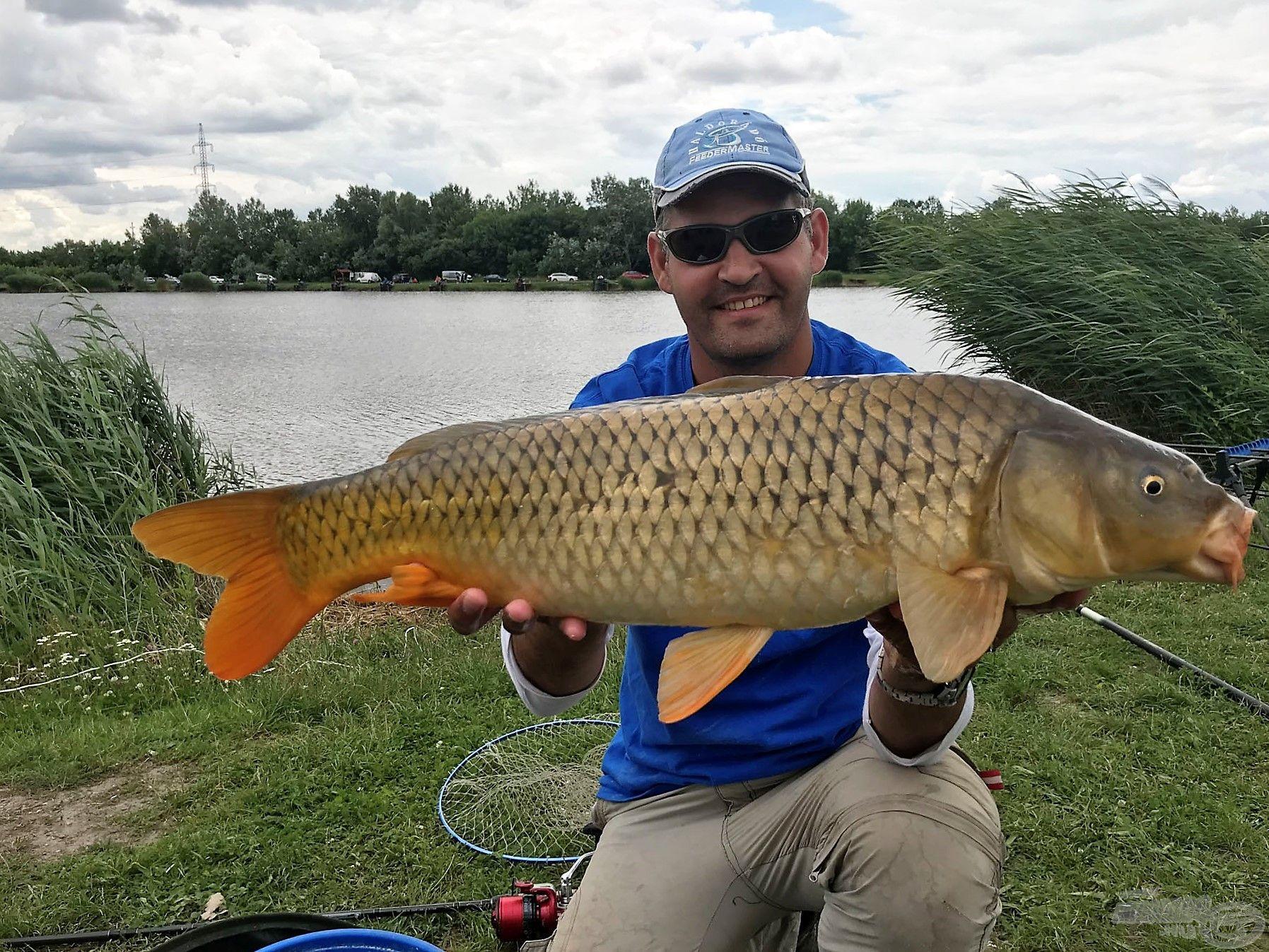 Minden 5 kilósnál nagyobb halat azonnal mérlegelni kell és utána visszahelyezni a tóba! Ez minden itt rendezett versenyen előírás!