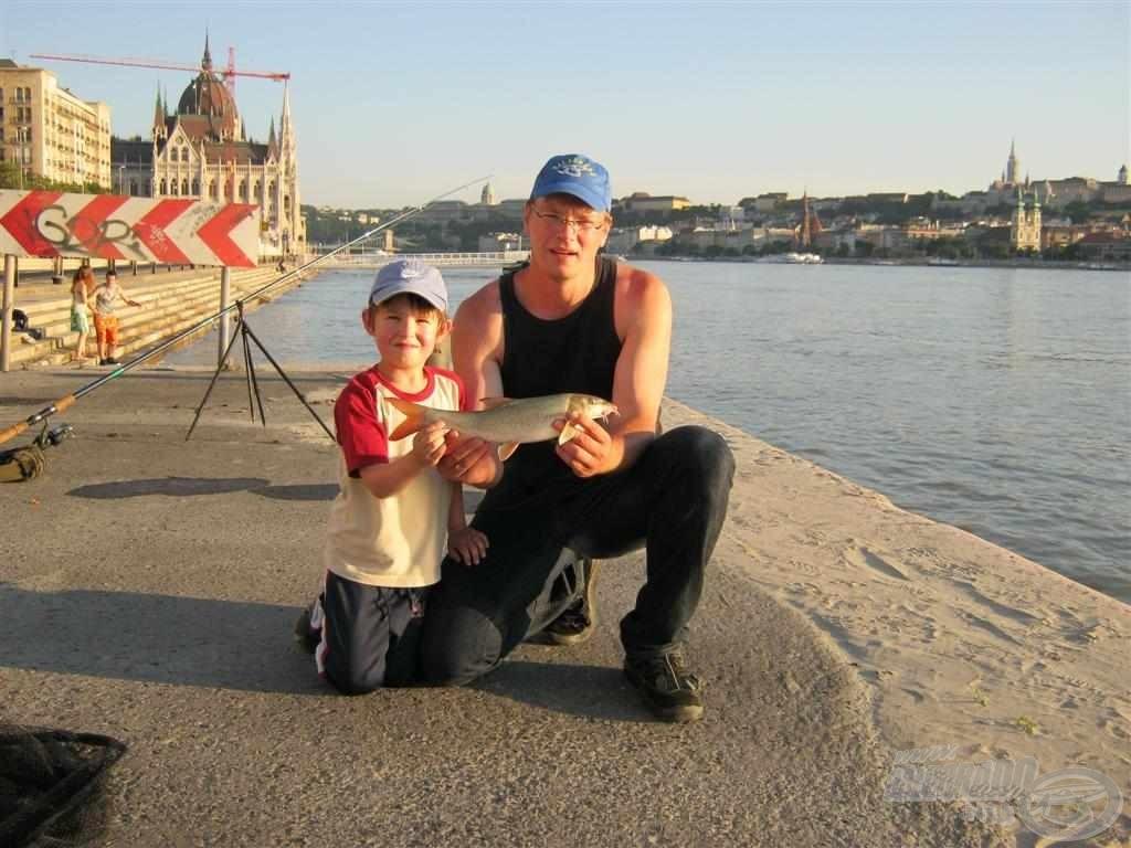 Az első közös fotó, amelyen apa és fia egy márnával látható