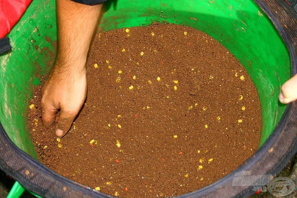 Teljesen homogén, laza szerkezetű kaja, kevéske kukoricával feldobva