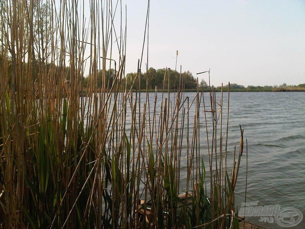 A kis tó, rajta a gáttal, ami elválasztja nagyobbik testvérétől