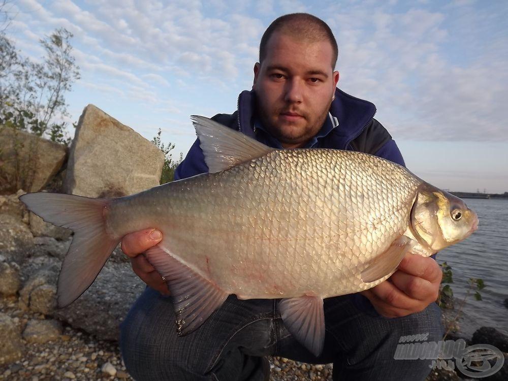 Gyönyörű, közel 3 kg-os dévérkeszeg az első hal