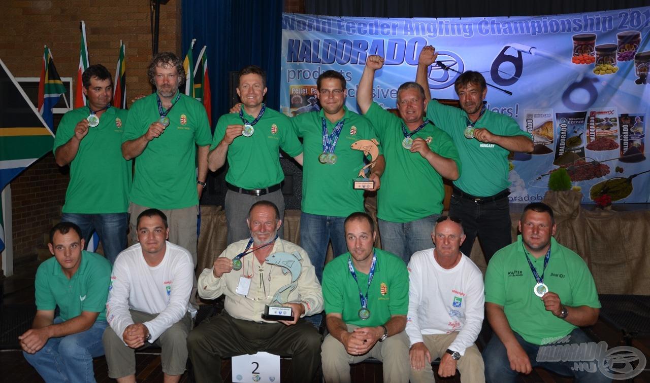 Percekkel ezelőtt fejeződött be az ünnepélyes eredményhirdetés Dél-Afrikában. Íme az ezüstérmes magyar csapat!