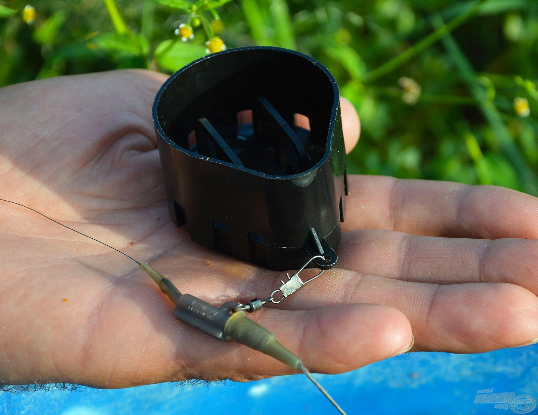 A kosár tetején elhelyezett fülnél fogva kell egy karabiner vagy ólomkapocs segítségével a végszerelékre rögzíteni