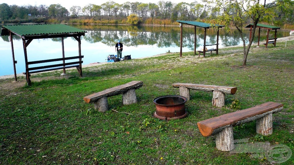 A tó környezete tiszta és rendezett