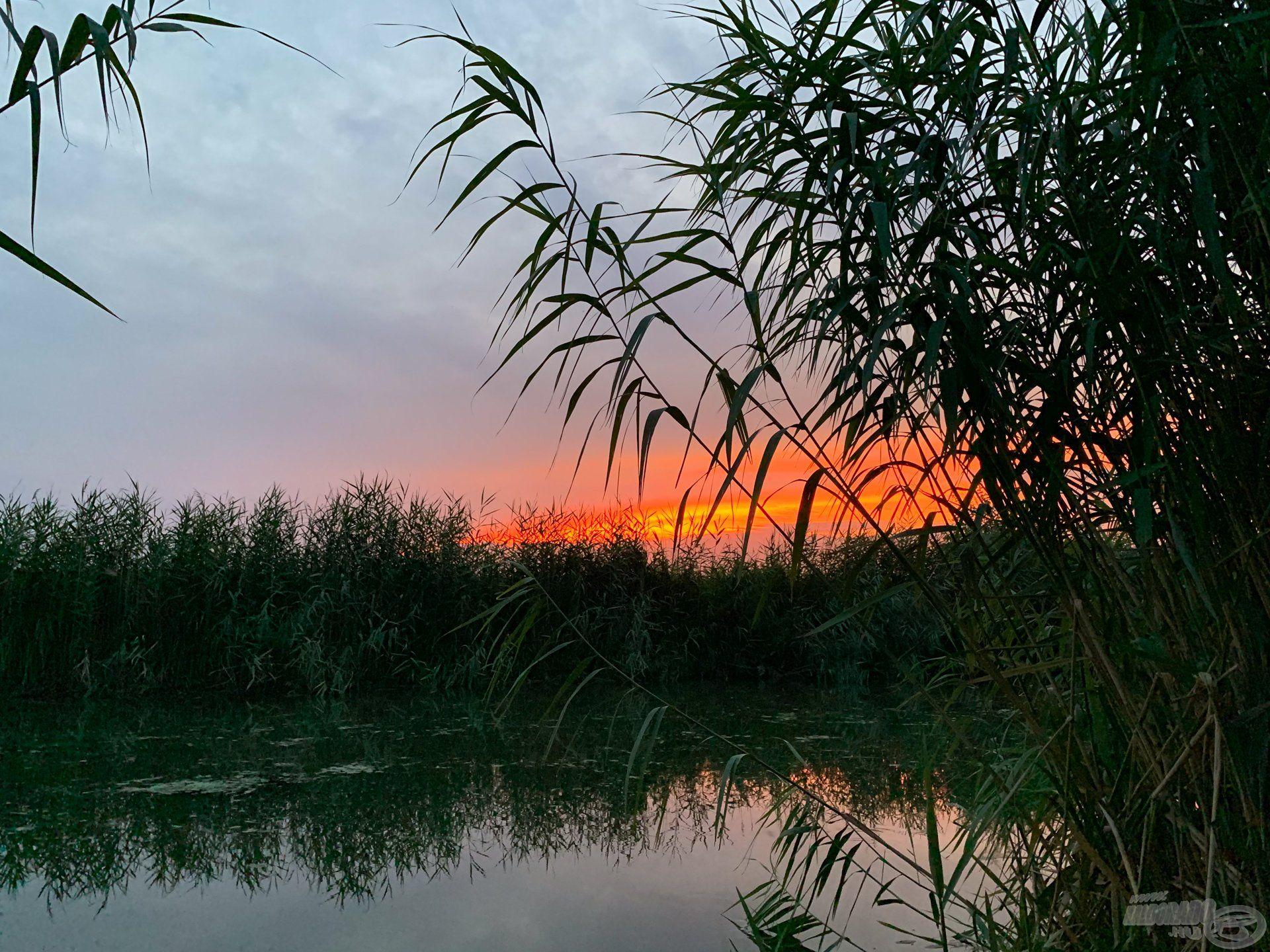 Ilyen meseszép naplementében gyönyörködhet az, aki kilátogat a DVCS partjára…