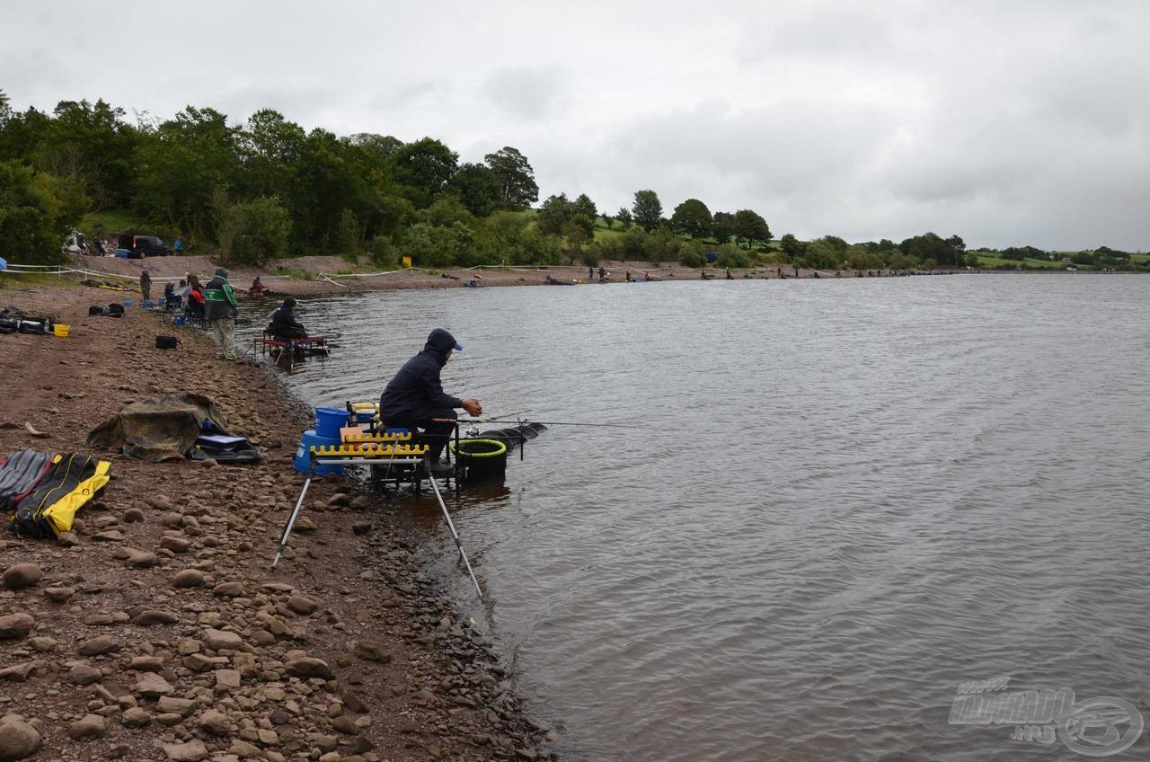 Az első horgásznap borult, esős, szeles idővel fogadott minket. Talán ez a kép is jól szemlélteti a pálya méretét, ameddig a szem ellát versenyzők ülnek, ráadásul tőlünk jobbra még volt 6 box
