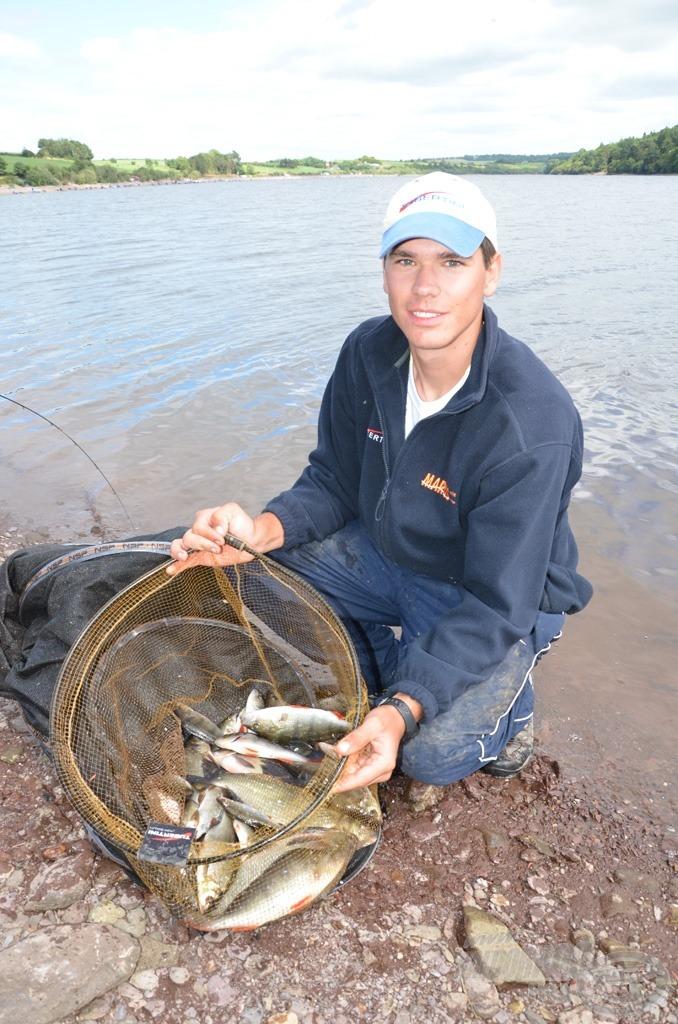 Siroki Dávid meglepően sok sügeret fogott az egyik szektorban, tömzsi hal, jól nyomja a súlyt