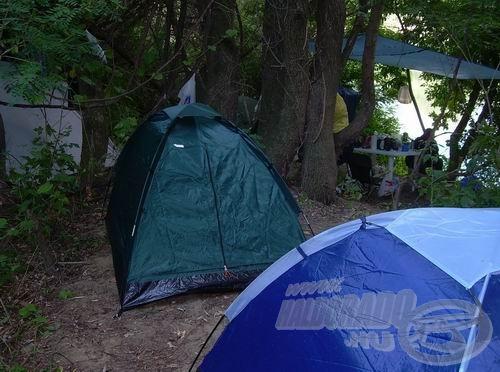 Tábor a fák alatt