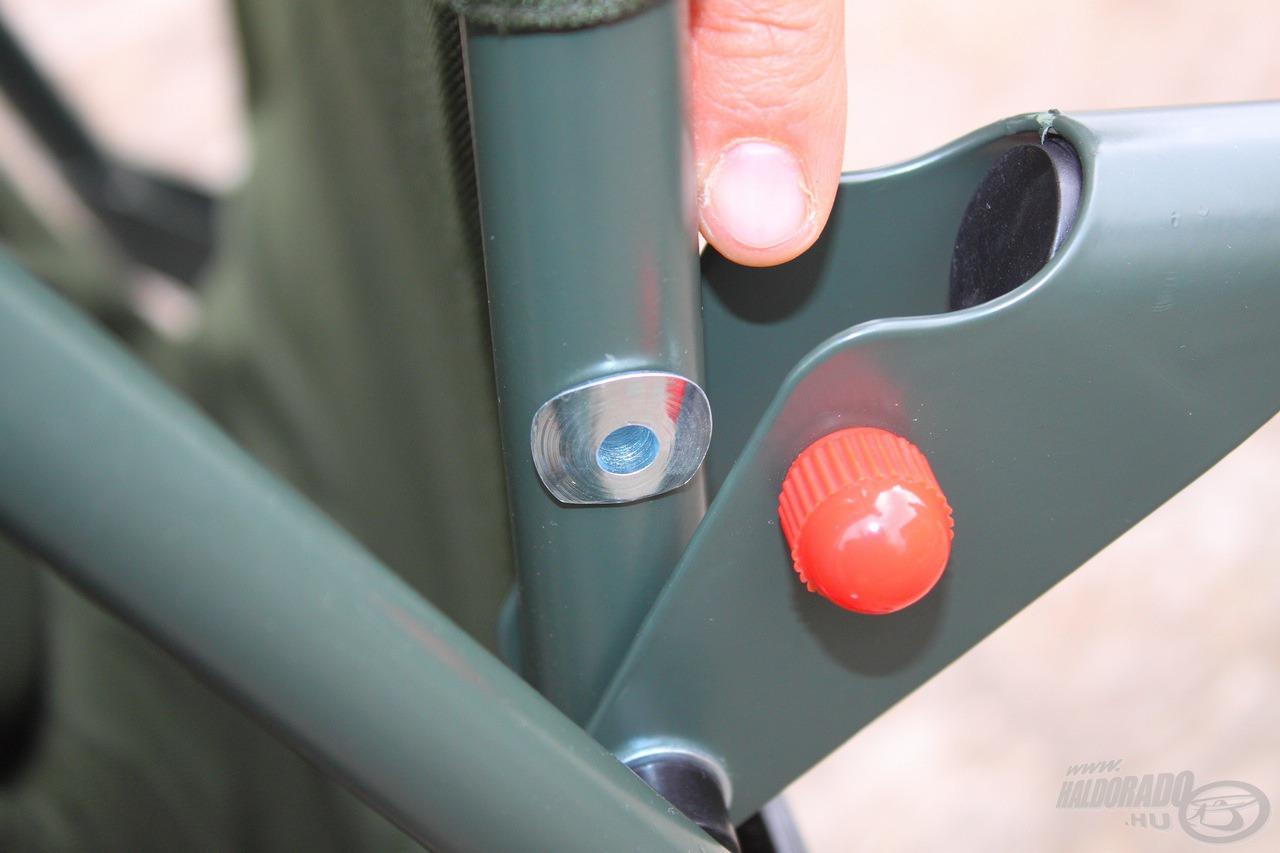 A kétoldalt található piros biztonsági csavarok megakadályozzák a lábak idő előtti becsuklását