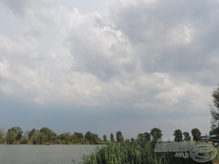 Egyre sötétebb felhők érkeztek, majd jött egy zápor is