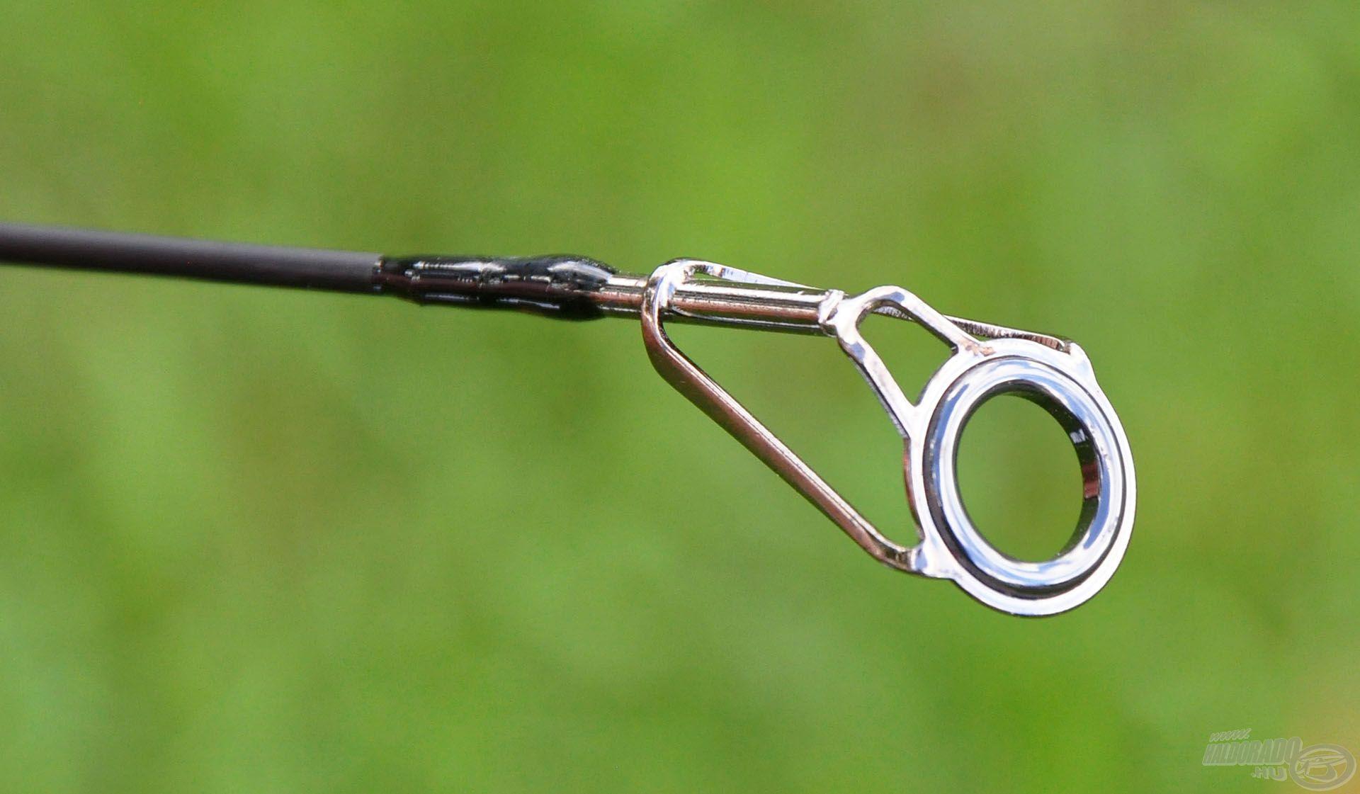 A spiccgyűrű is kifejezetten masszív, dupla megtámasztású