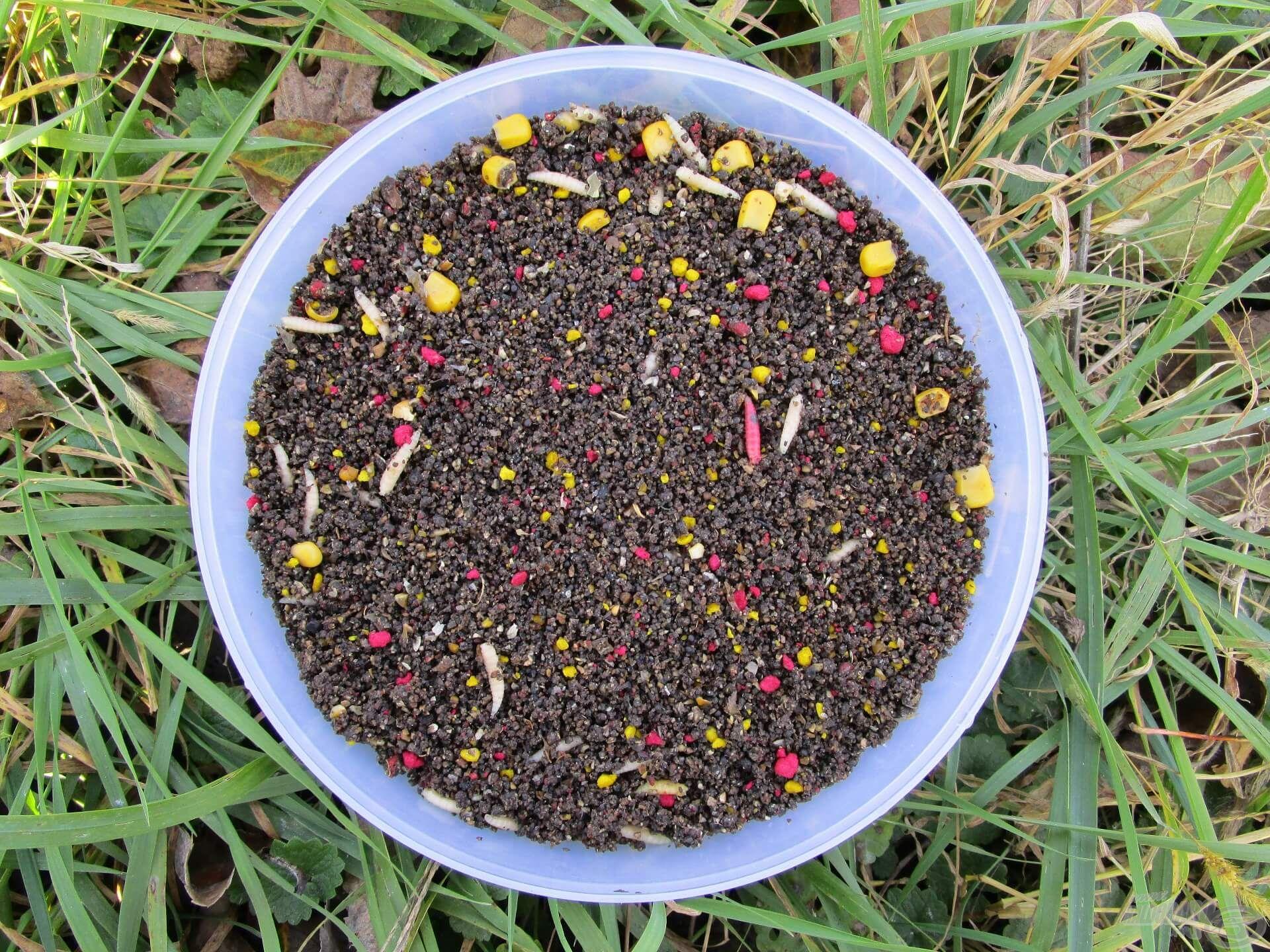 A Mézes Pálinka etetőanyagot különleges aromája miatt szoktam használni. Keszegre, pontyra és amurra is kiváló. A Pelletes Feketével keverve szintén eredményesen használható