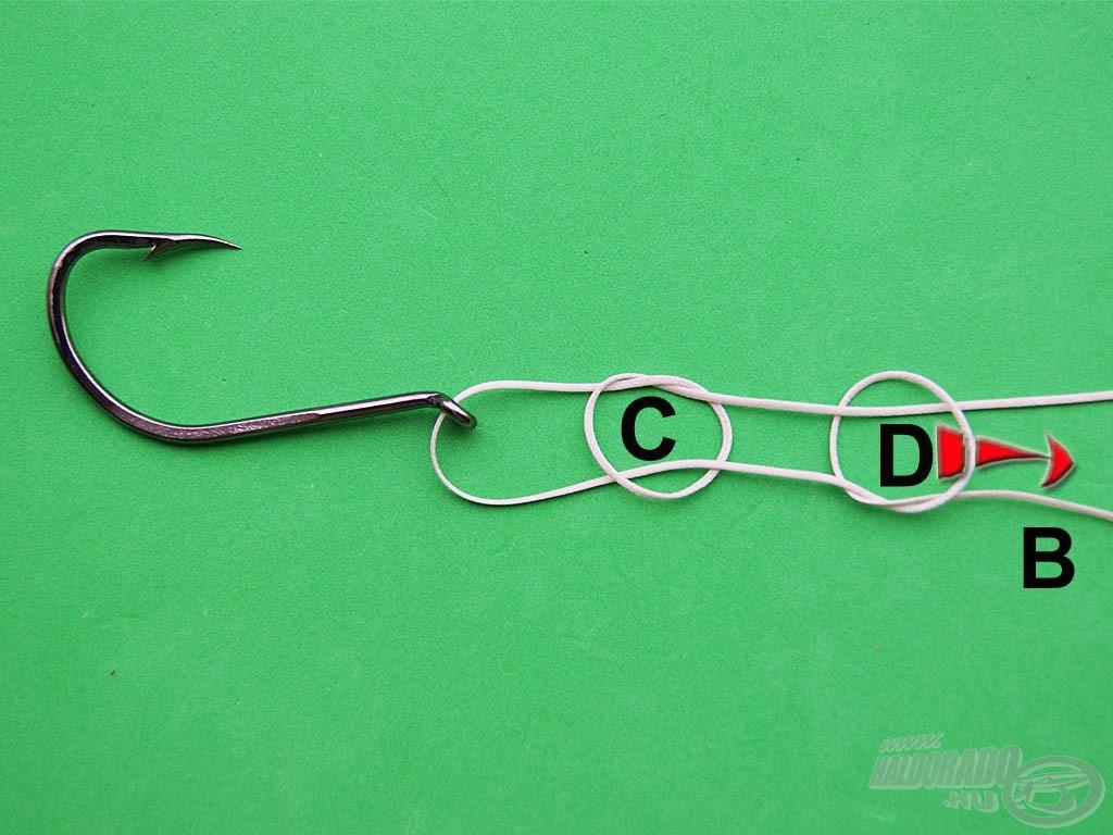 """Fűzzük a """"B"""" szálat a """"D"""" egyszerű csomón. A nyíl irányába szorítsuk meg a kötést"""