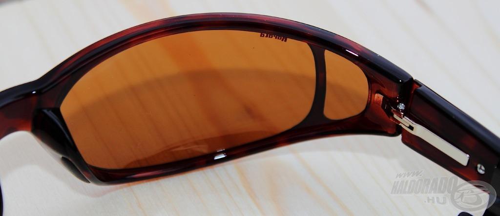 Az oldalról érkező fényt is szűri a szemüvegen oldalra elhelyezett kis lencse