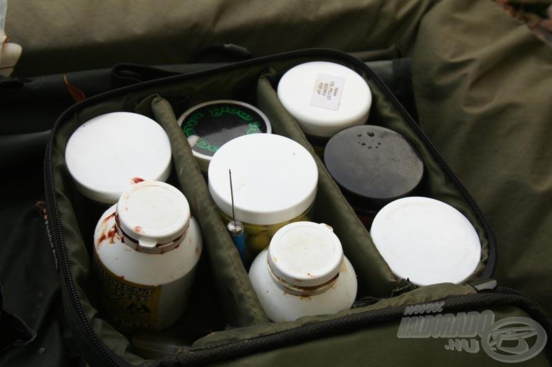 A trükkös táskájuk, melynek tartalma a csalik még hatékonyabbá tételéért felelős!