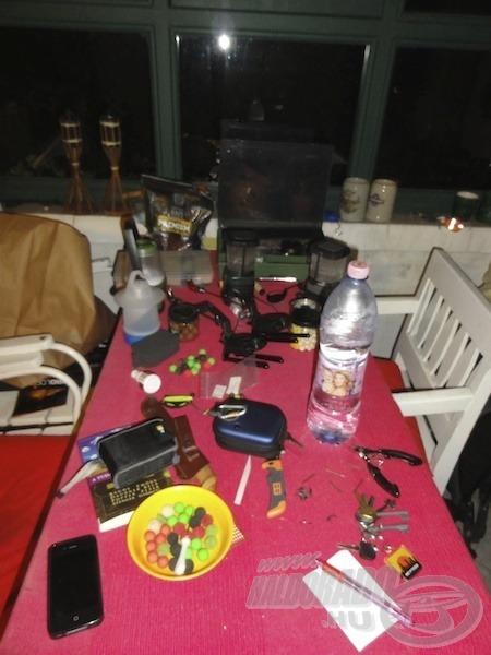 Ezen az asztalon minden kéznél volt a próbálgatáshoz. Sok eszközből többfélét is beszerzünk, mindegyiknek találunk idővel valamilyen feladatot