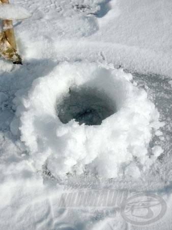 Miután a lékfúró áttörte a jégpáncélt és elérte a jég alatti világot, a víz szép lassan beáll, a lék felső széléig emelkedik