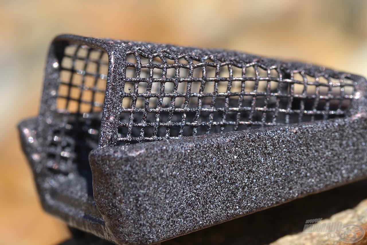 A sűrű drótháló 2 mm-es lukbősége gondoskodik arról, hogy a kosár ne hagyja el félúton a tartalmát, hanem biztosan lejuttassa azt a fenékre
