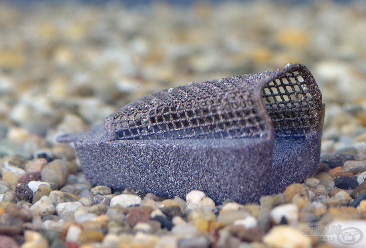 """Ez közel sem egyenértékű egy csupán szemrevaló dizájnnal, sokkal több annál! A matt, """"környezetbarát"""" árnyalatok tökéletesen beleolvadnak a különféle folyóvízi medrek kövezéseibe, a halak számára szinte észrevehetetlenné válva"""