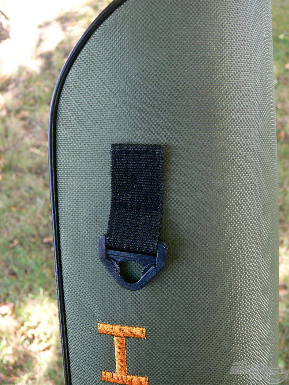 Praktikus műanyag fül a táska felső részén