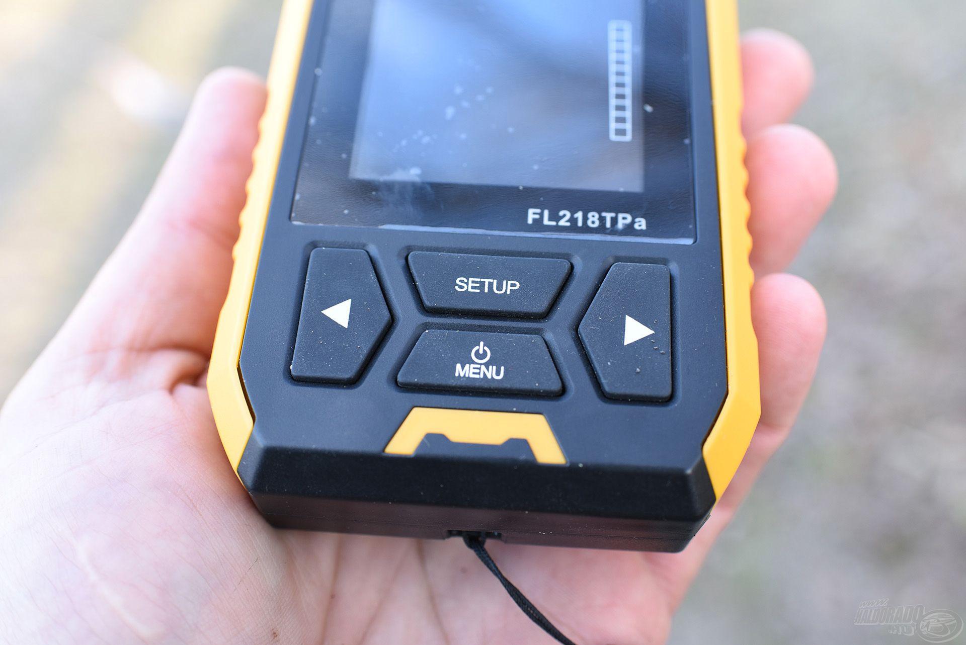 A készülék alján találjuk a bekapcsoló gombot, ezt röviden megnyomva be is kapcsoltuk. Figyelem! Hosszan nyomva a demó módba jutunk, ami csak a készülék tesztelésére jó