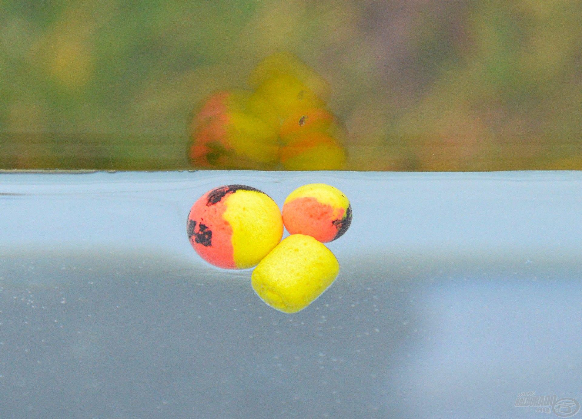 Mindkét csali önmagában a vízbe dobva lebeg, de a horog és a csalitüske lehúzza azt a fenékre