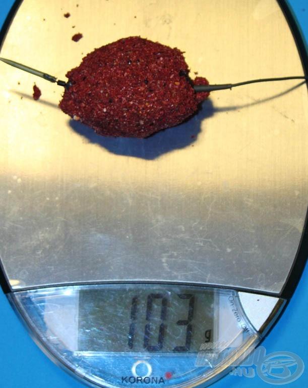 A kosár saját tömege 35 gramm, így 68 gramm etetőanyagot szállít a kiválasztott helyre
