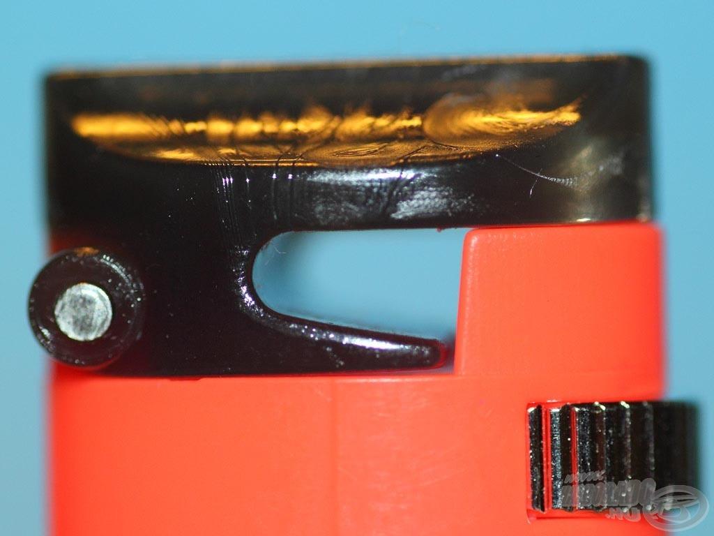 A zsinór a fejegységen lévő kis, nyújtott C alakú ablakon halad át