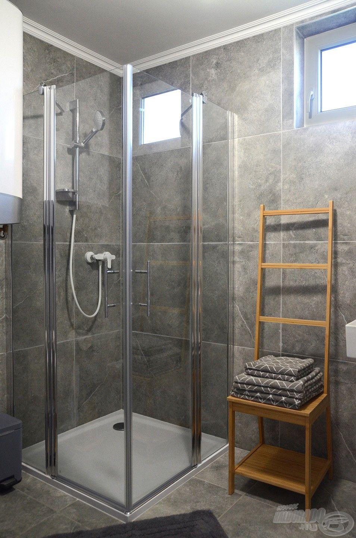 A zuhanyzóba az átlagosnál nagyobb testalkatú vendégeink is kényelmesen beférnek