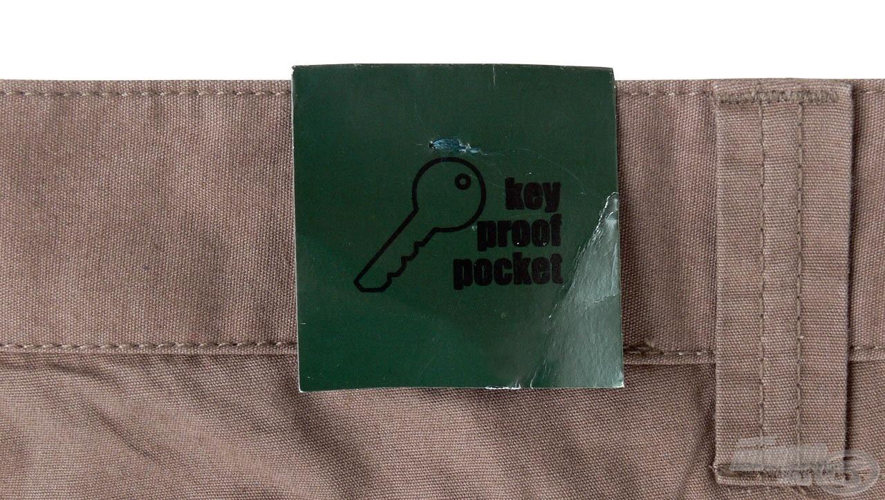 A nadrág ellenáll a kulcsok és apróbb fémtárgyak hosszantartó koptató hatásának