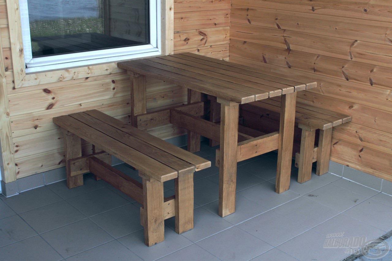 A teraszon padok és asztal is található