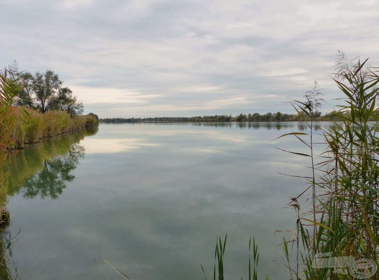 Olyan hatalmas a tó, hogy jóformán nem is látszik egyik szegletéből a másik
