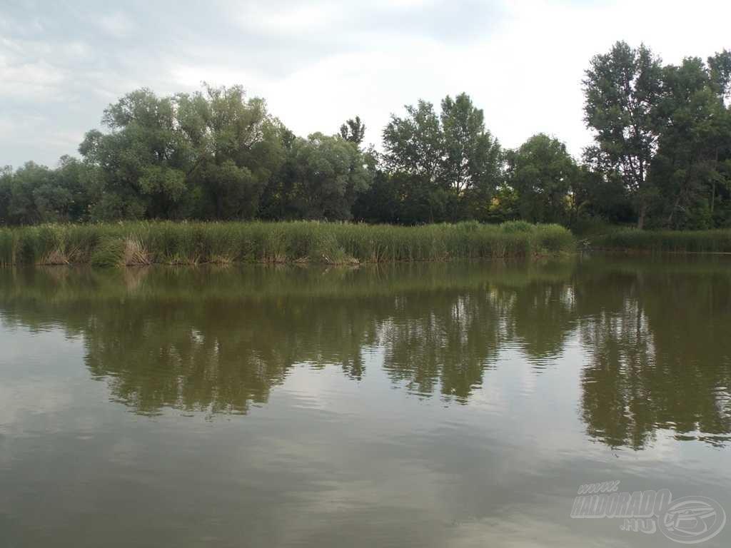 Bal oldalon a bója és a meghorgászott hely, jobb oldalon pedig a horgászhely