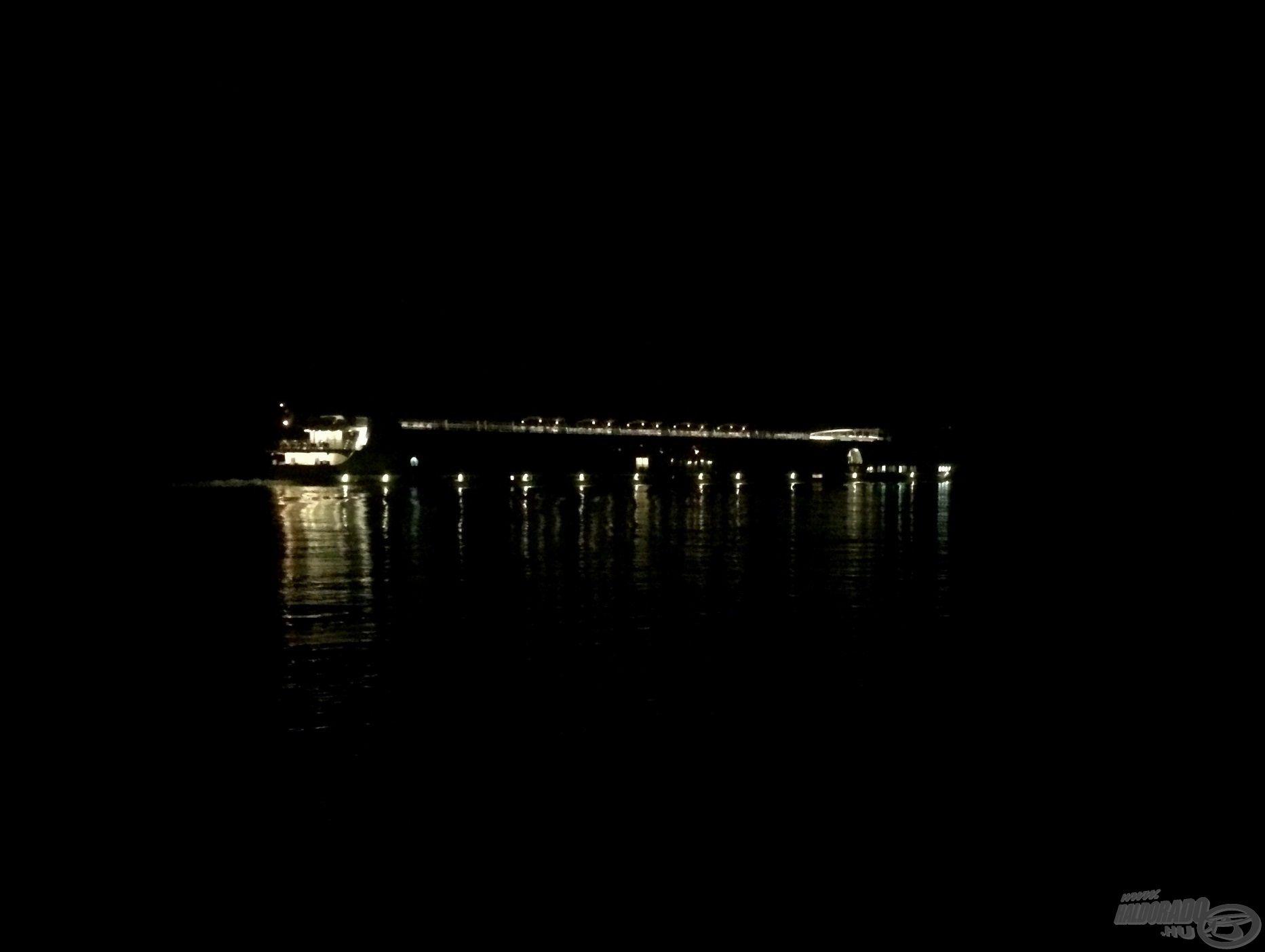 Jönnek-mennek a hajók, a forgalom az éjszaka folyamán sem csökken