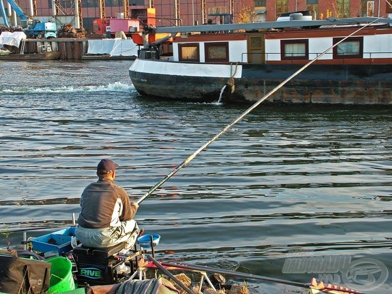 A hatalmas uszályok negyedóránként nehezítették meg a horgászok dolgát