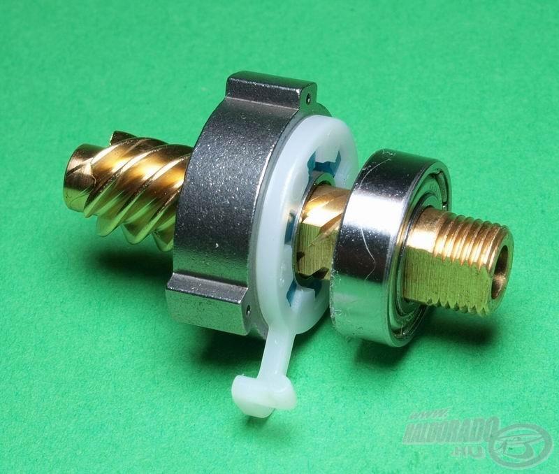 A csapágy mellett a visszaforgásgátló is ad egy plusz megtámasztást a csigának, így egy golyóscsapággyal se kotyog a rotor