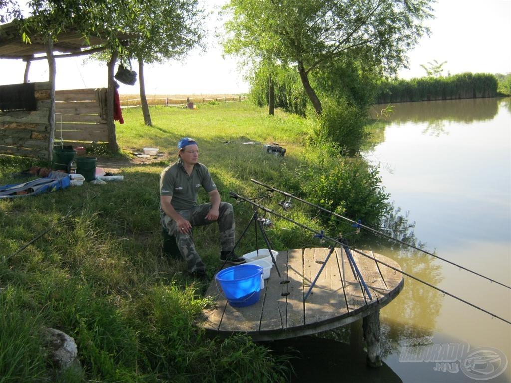 A halőrházzal szembeni oldalon, középen foglaltuk el az egyik horgászállást. Azért választottuk ezt a helyszínt, mert az első alkalmon itt láttunk pontyfogást