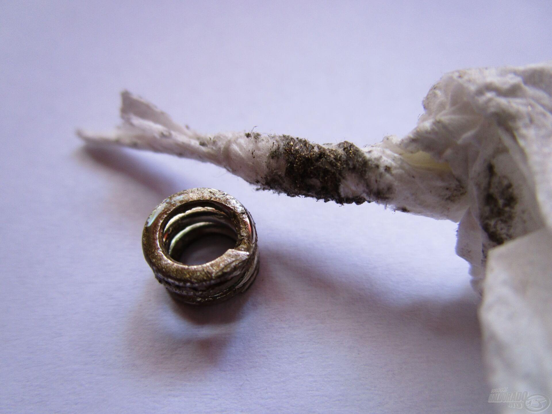 Ha fémszemcsék és zsírlerakódás van a fékcsillagban, mindenképpen el kell távolítani. Egy papír zsebkendővel könnyen elvégezhető a folyamat